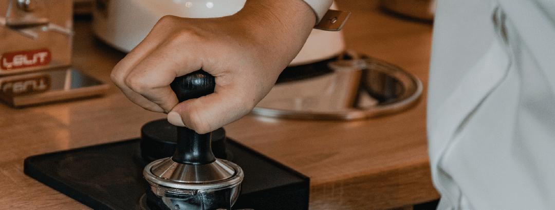 Etapele preparării unui espresso - Tamparea