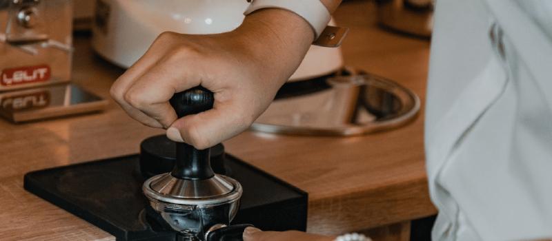 Etapele preparării unui espresso – Tamparea